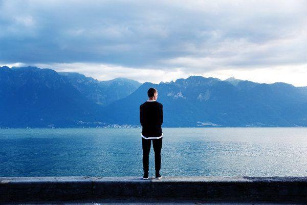 Mann, See, Berge (Joshua Earle, unsplash)